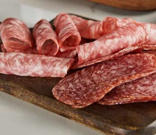 Salami sollte in der Schwangerschaft lieber nicht gegessen werden.