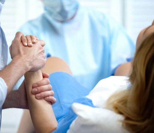 Während der Entbindung bekam die Frau schlecht Luft.