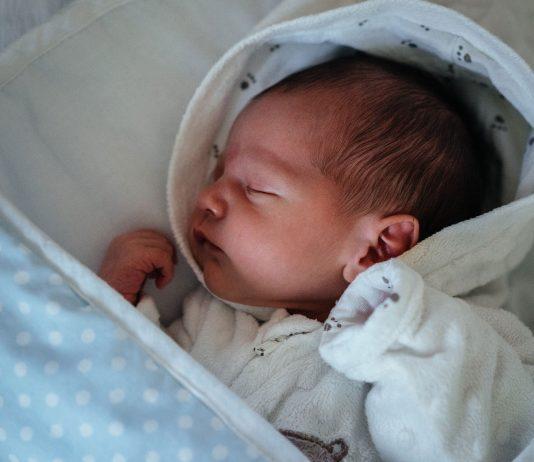 Weisses Rauschen kann deinem Baby beim Einschlafen helfen.