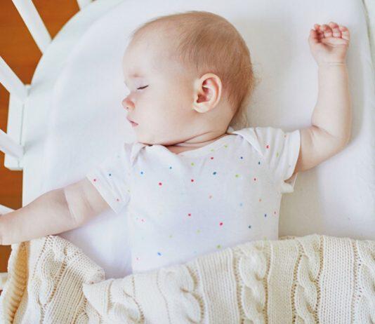 Dein Baby zuckt im Schlaf? Wir sagen dir, woran es liegt.