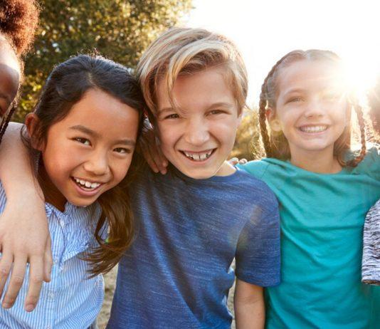 Mit einigen Tipps können wir unsere Kinder gegen Rassismus stärken