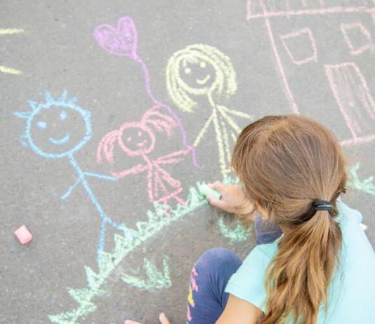 Damit Kinder weiter unsere grauen Wege verschönern können – so einfach lässt sich Straßenmalkreide selber machen.