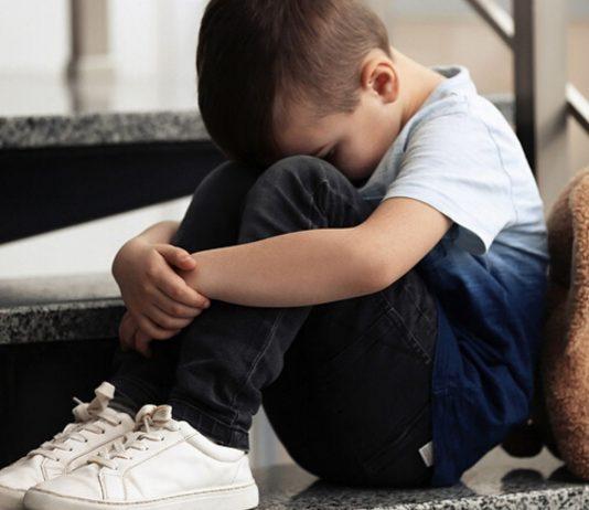 Der 3-Jährige wartete ganz allein vor der Kita auf seine Mutter.