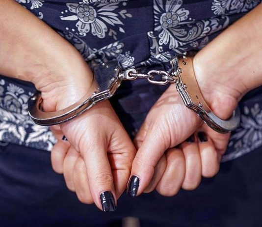Weil eine Mutter ihre Kinder allein ließ, um Essen zu holen, wurde sie verhaftet.