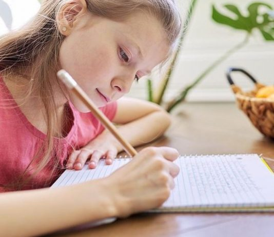 Weil eine Schülerin Türkisch gesprochen hat, musste sie eine Strafarbeit schreiben.