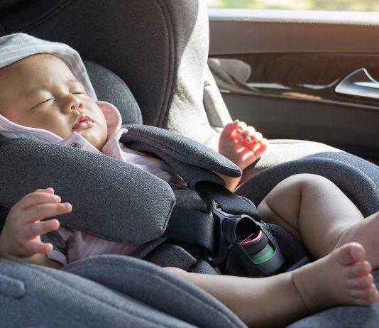 Ein Baby sollte nie alleine im Auto bleiben - schon gar nicht bei diesen Temperaturen.