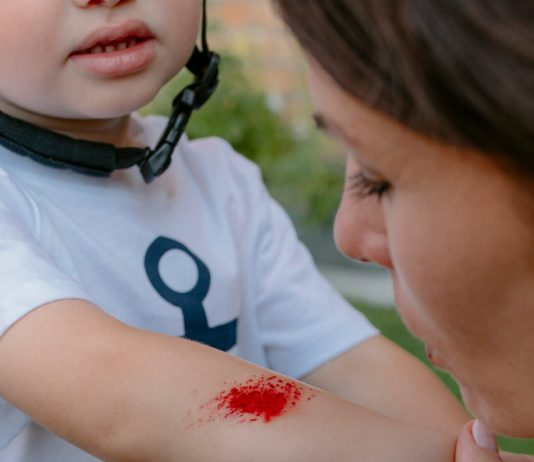 Bei kleinen Unfällen: Pusten, trösten und die richtige erste Hilfe dabei haben!