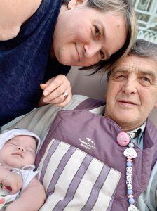 Claudia und ihr Mann Josef sind glücklich mit ihrer kleinen Tochter.