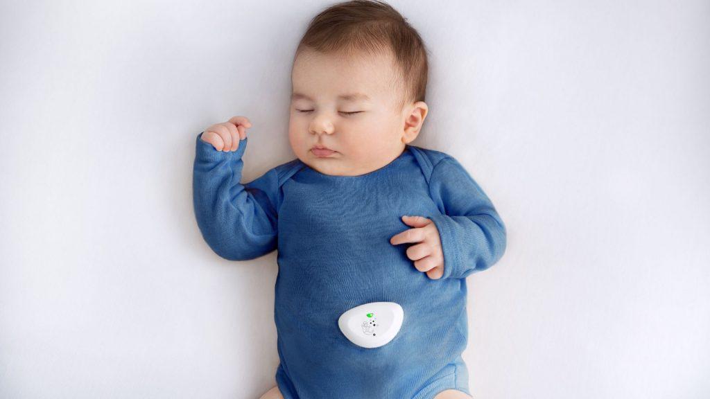 Das Wearable des Dreamguard wird direkt an der Babykleidung befestigt und misst so Atmung und Schlafposition.