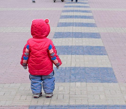Der 2-Jährige lief allein durch die Stadt und über die Straße.