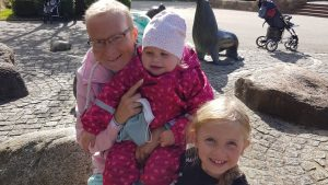 Steffi Ewald mit ihren Töchtern Lenja und Neele.