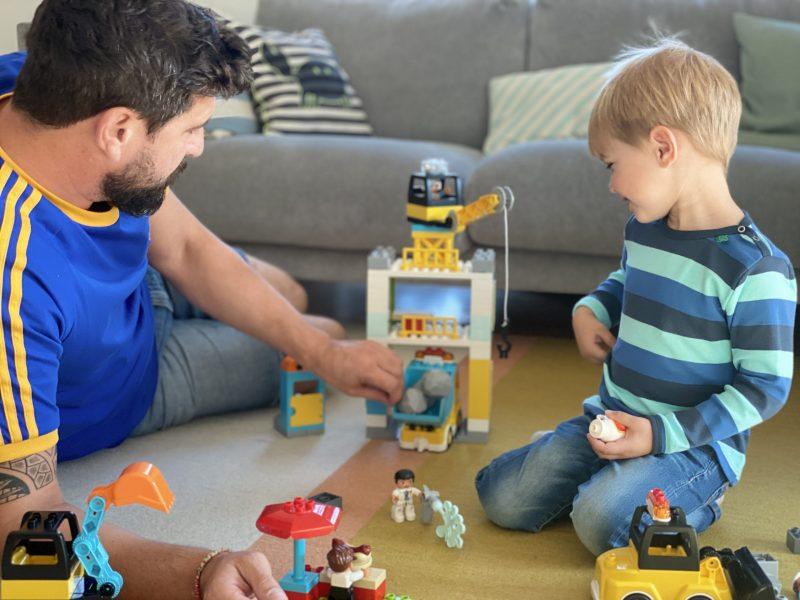 Ein Vater spielt Duplo mit seinem Kind