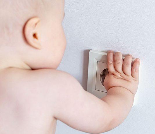 Babys und Steckdosen? Die meisten Familien machen ihre Wohnung kindersicher.