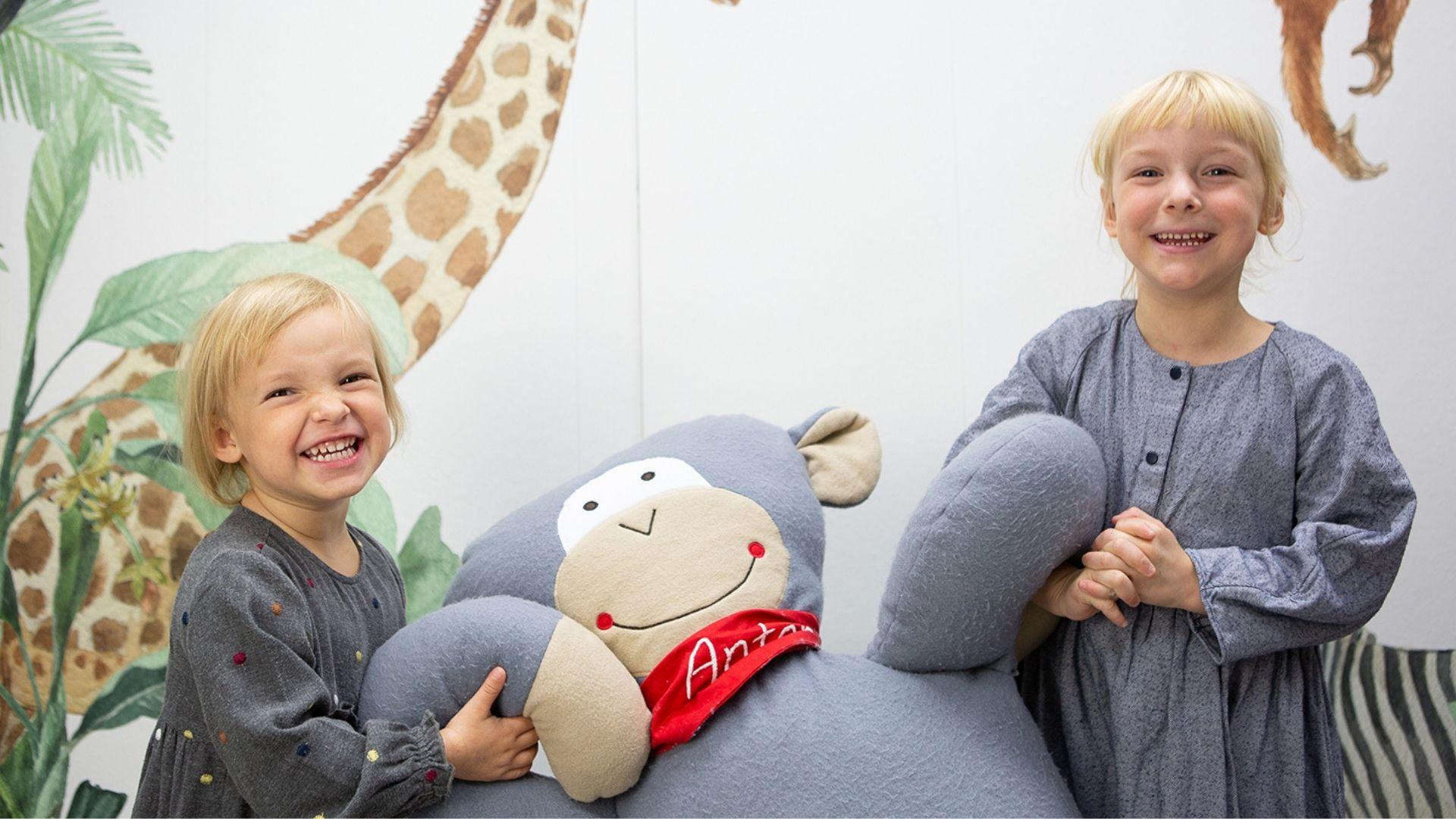 Lena (3 Jahre) und Paula (5 Jahre) sind trotz ihrer Neurodermitis unglaublich fröhliche Mädchen.