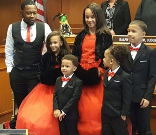 Robert Carter und seine fünf Kinder nach der offiziellen Adoption.