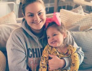 Sarah mit ihrer Tochter Ellis.