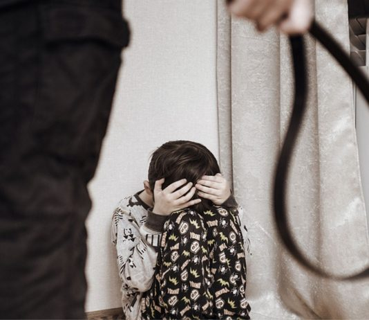 Alarmierende Ergebnisse einer Studie zeigen, dass viele Deutsche Gewalt gegen Kinder für zulässig halten