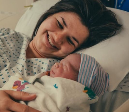 Die ersten Augenblicke mit dem eigenen Baby werden ganz unterschiedlich erlebt