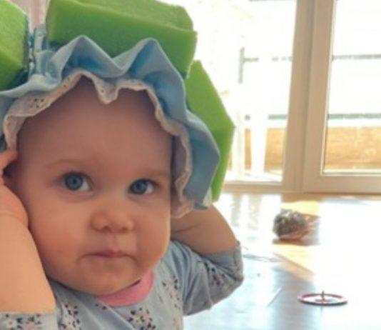 Eine besorgte Mama baute einen Schwamm-Helm für ihr Baby