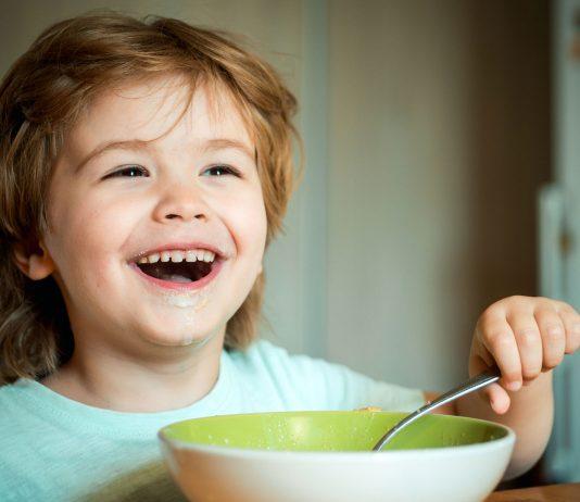 Das Abendessen mit Kleinkind muss auch geübt werden.