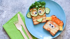 Kleinkinder lieben Brotgesichter zum Abendbrot.