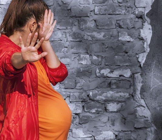 Der Mann ließ seine schwangere Freundin misshandeln, damit sie ihr Baby verliert.