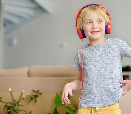 Viele Eltern fragen sich manchmal: Sind Hörspiele gut für Kinder?