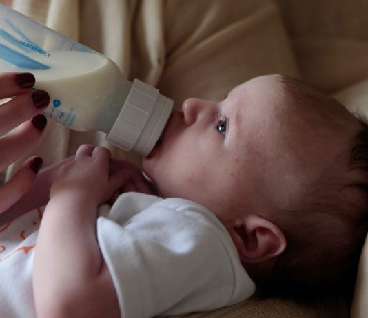 Eine Laktoseintoleranz beim Baby lässt sich gut behandeln.
