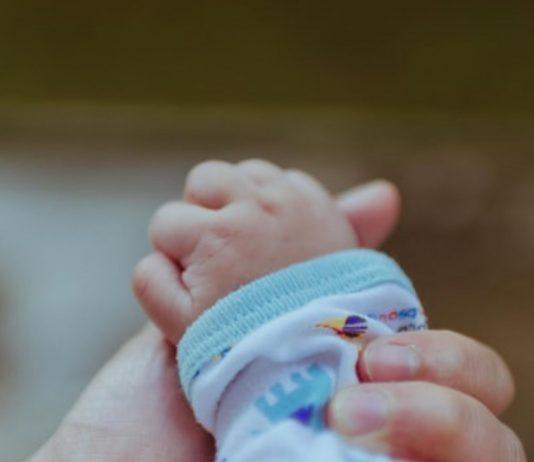 Einer Mutter wurde noch im Krankenhaus ihr Neugeborenes weggenommen.