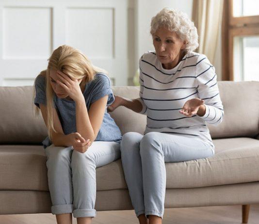 Das Verhältnis zwischen Oma und Schwiegertochter ist nach einer Scheidung oft angespannt.