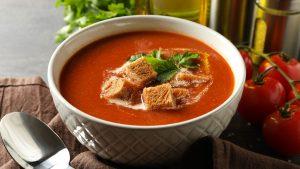 Eine Tomatensuppe ist ein einfaches und gesundes Abendessen für Kleinkinder.