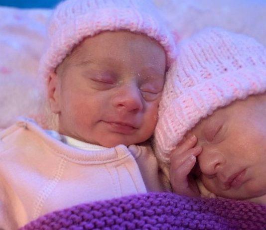 Die Zwillinge Aria und Skylar kamen Arm in Arm zur Welt