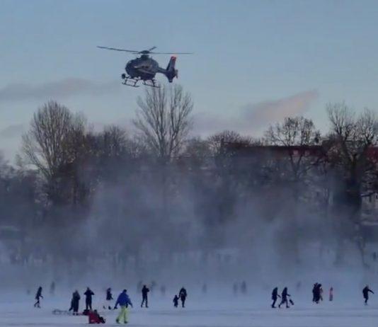 Die Berliner Polizei hat am Wochenende Eisflächen mit einem Helikopter geräumt.