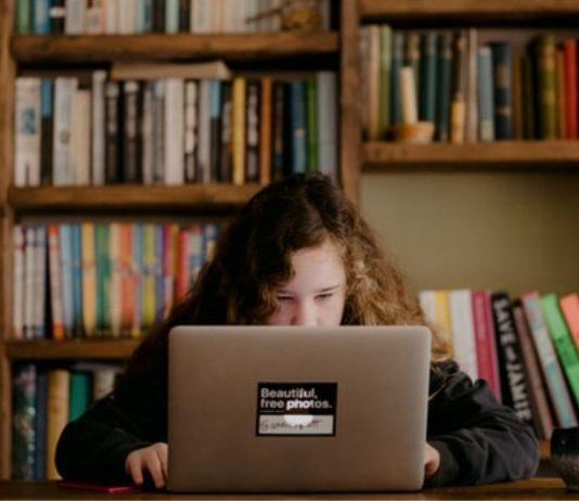 Eine Achtjährige trickste Zoom aus, um den digitalen Unterricht zu schwänzen