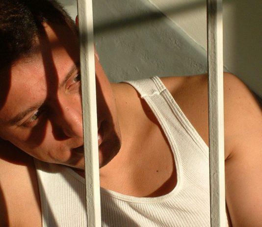 Wenn der Vater ins Gefängnis muss, bedeutet das für die Familie meist eine schwere Krise