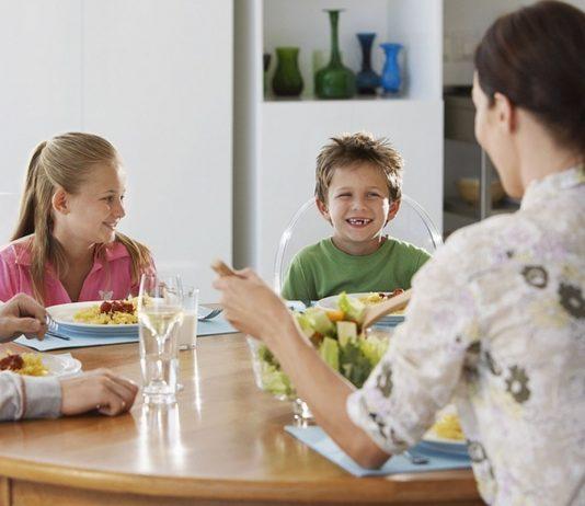 Gemeinsame Mahlzeiten sind nicht nur wichtig für Kinder, sie fördern den familiären Zusammenhalt
