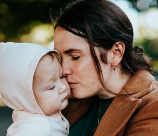 Eine Mama erzählt davon, wie ihre eigene traumatische Kindheit sie jetzt wieder einholt.