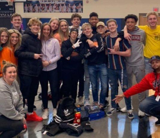 Davids Mitschüler haben ihn mit einem Koffer voller Kleidung überrascht.
