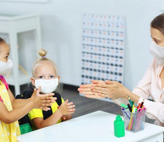 Eine aktuelle Studie zeigt, dass Schüler ihre Lehrer nur sehr selten mit dem Coronavirus anstecken