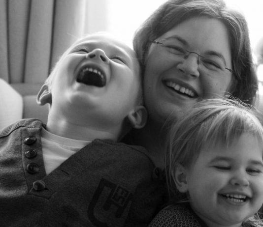Mama Carina mit Jaron und Tilda.
