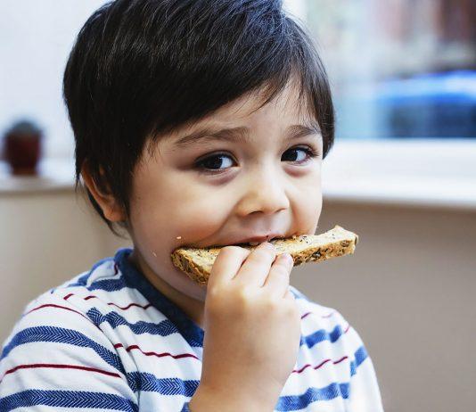 Viele Eltern beschäftigt die Frage: Wie viele Kalorien soll ein Kind pro Tag essen?