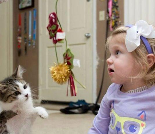 Die kleine Scarlett bekam einen tierischen Spielgefährten
