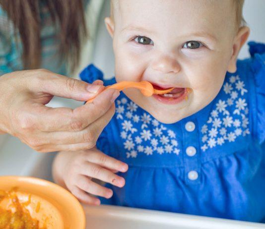Das sind die Reifezeichen, die dein Baby zeigt, wenn es bereit ist für seine erste Beikost.