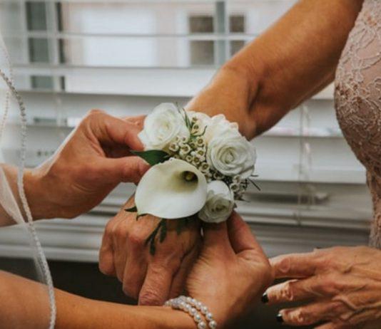 Auf der Hochzeit ihres Sohnes erkannte eine Frau, dass die Braut ihre Tochter ist