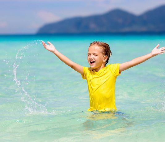 In der Sonne am Strand macht es doch am meisten Spaß. Aber vorsicht vor den UV Strahlen! Foto: Bigstock