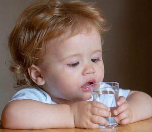 Kind trinkt zu wenig - mit ein paar einfachen Tricks können Eltern nachhelfen.