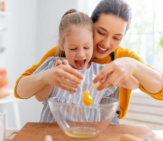 Einfache Rezepte, die Kinder alleine kochen können, fördern das Selbstvertrauen.