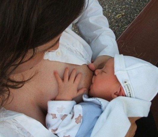 Eine Mama und ihr Baby sterben beim Stillen