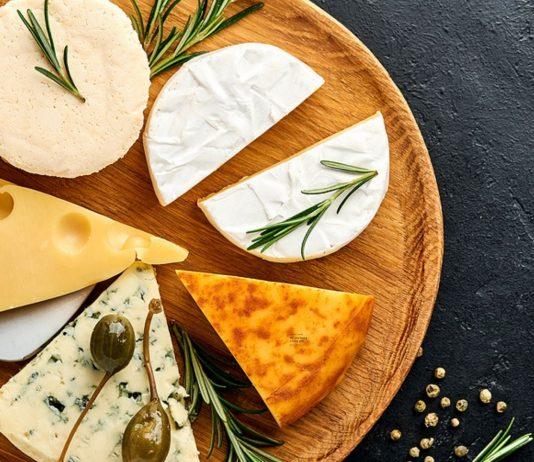 Erst ab zwölf Monaten sollte dein Baby Käse serviert bekommen.