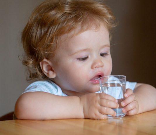 Darf ein Baby Leitungswasser trinken? Hierbei solltest du unbedingt auf die Wasserqualität achten.